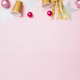Composição de ano novo de copos de papel com enfeites