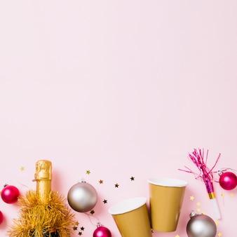 Composição de ano novo de copos de papel com garrafa