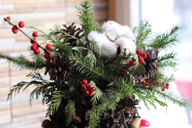 Composição de ano novo de ramos de abeto, cones, bolas de natal, dr