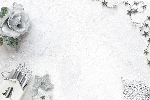 Composição de ano novo. decorações de natal brancas e prateadas em um fundo branco flat lay, top view, copy space