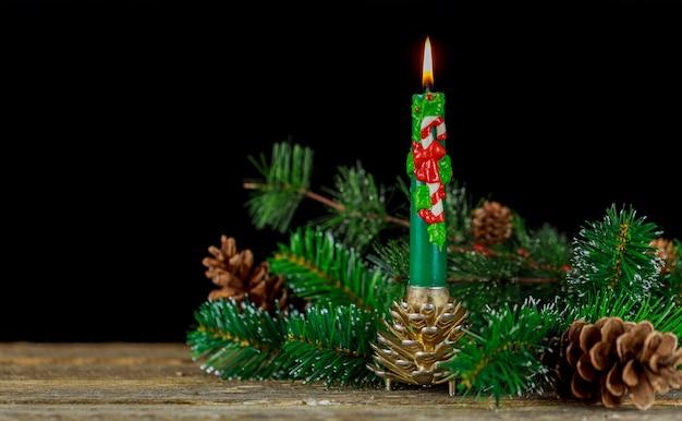 Composição de ano novo. decorações do feriado e velas acesas