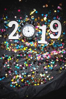 Composição de ano novo do relógio e número 2019