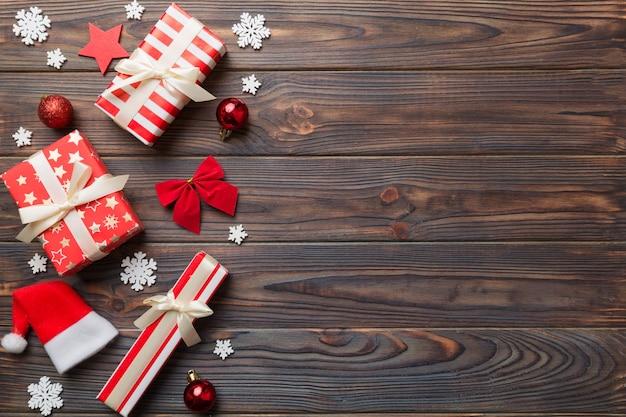Composição de ano novo. fundo de decoração de natal com caixas de presente. vista superior com espaço de cópia.