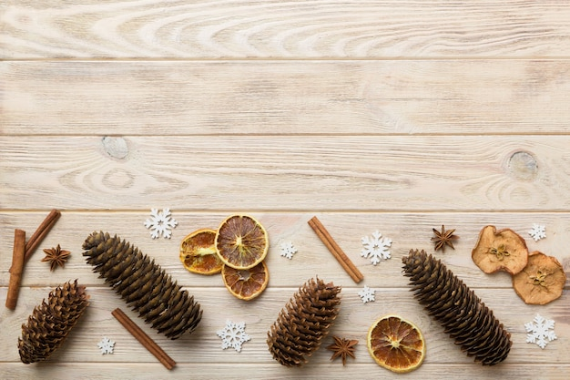 Composição de ano novo. fundo de decoração de natal com pinhas. vista superior com espaço de cópia