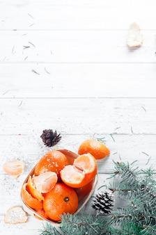 Composição de ano novo na cesta com mandarins