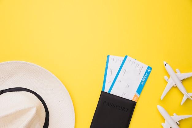 Composição de aviões de brinquedo bilhetes de passaporte e chapéu
