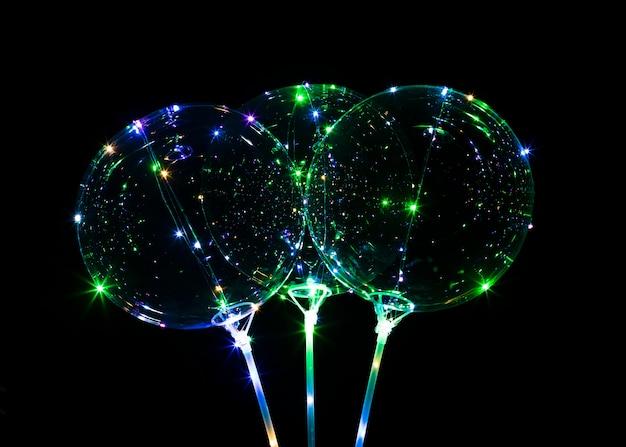 Composição de balões com luz no escuro