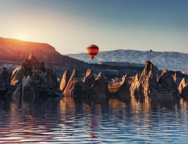Composição de balões sobre a água e vales