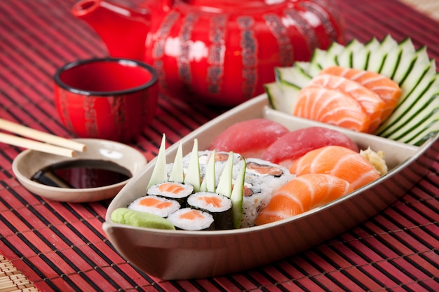 Composição de barco de sushi