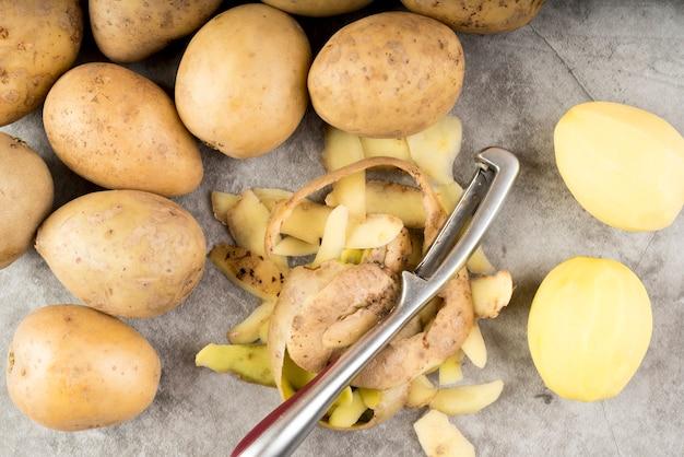 Composição de batatas descascadas cruas