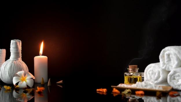Composição de belo spa com acessórios de spa na mesa de massagem preto