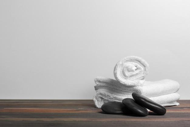 Composição de belo spa na mesa de madeira