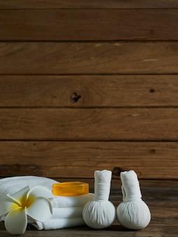 Composição de belo spa na parede de madeira.