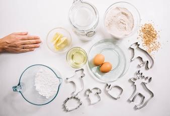 Composição de biscoito de natal com mão