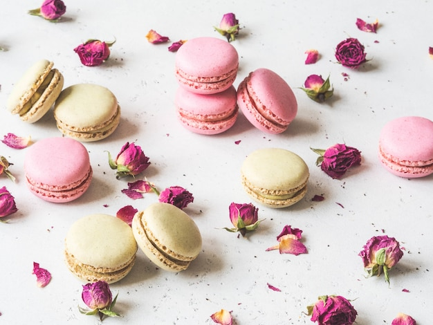 Composição de biscoitos doces macaron e flores secas