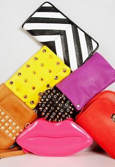 Composição de bolsas da moda em cores brilhantes