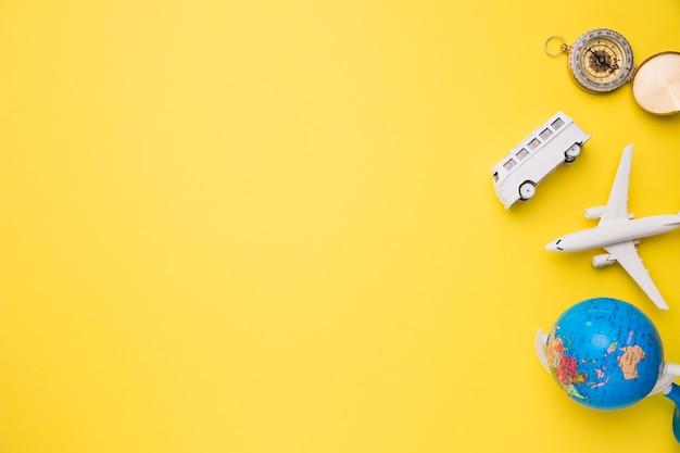 Composição de bússola de ônibus de avião de brinquedo e globo