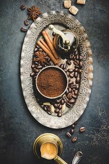 Composição de café com moedor de café manual vintage