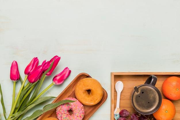 Composição de café da manhã doce com tulipas
