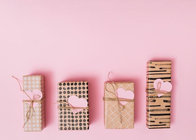 Composição de caixas de presentes com corações de papel decorativo