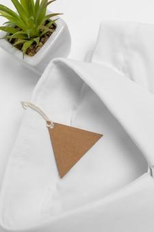 Composição de camisa dobrada e etiqueta em branco