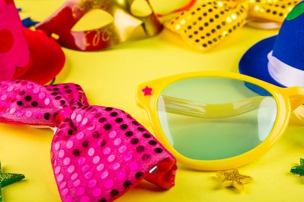 Composição de carnaval colorido com máscaras