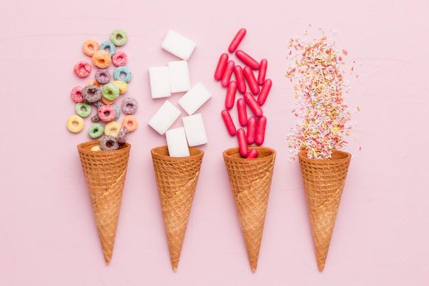 Composição de cereais açúcar vestir pílulas vermelhas e casquinhas de sorvete