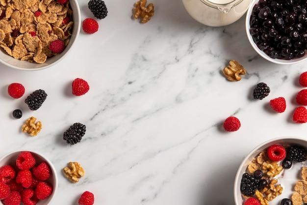 Composição de cereais saudáveis com frutas e espaço de cópia