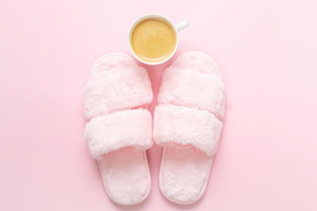 Composição de chinelos de pele falsa e pequeno-almoço saudável em rosa claro