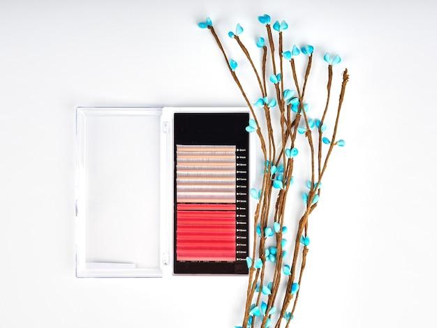 Composição de cílios coloridos para alongamento com flores, paletes bicolores.