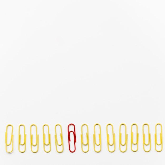 Composição de clipes de papel em fundo branco, com espaço de cópia