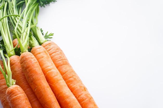 Composição de close-up com cenouras frescas maduras isoladas
