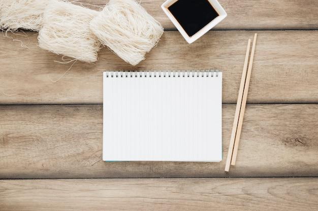 Composição de comida asiática plana leiga com notebook