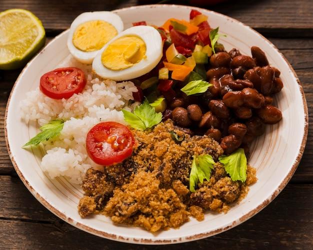 Composição de comida brasileira deliciosa de alto ângulo