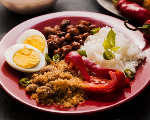 Composição de comida brasileira saborosa de alto ângulo