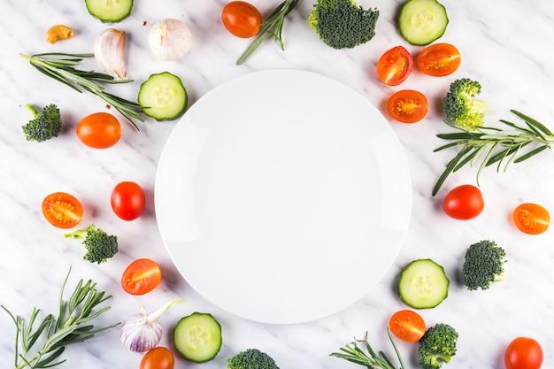 Composição de comida colorida com ingredientes saudáveis