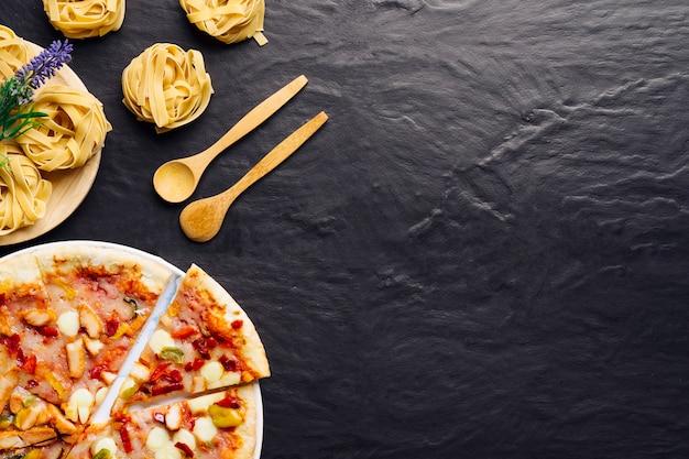 Composição de comida italiana com pizza e espaço à direita