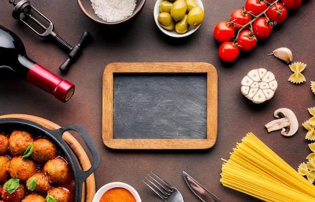 Composição de comida italiana plana leigos com modelo de ardósia