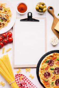 Composição de comida italiana plana leigos com modelo de transferência