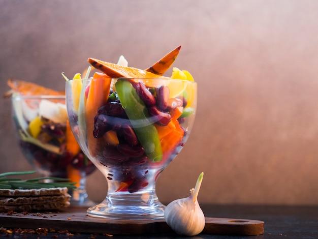 Composição de comida saudável com legumes coloridos