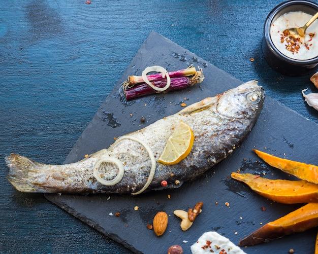 Composição de comida saudável elegante com peixe