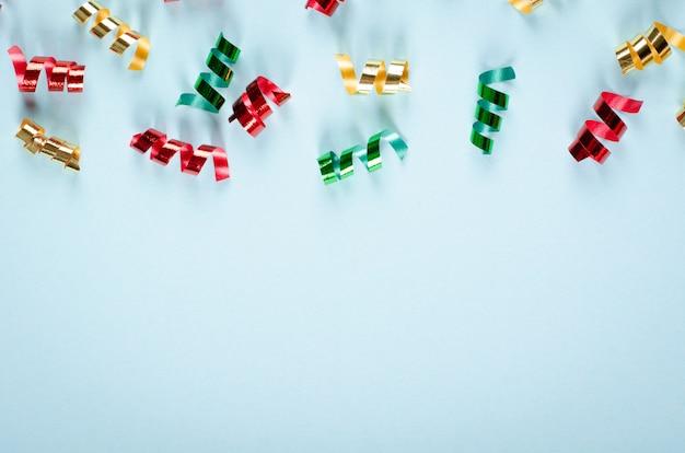 Composição de confetes coloridos na decoração azul de fundo, festa e comemoração.