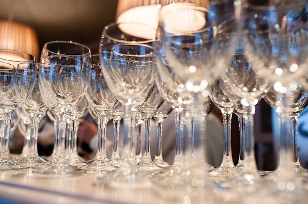Composição de copos vazios para champanhe