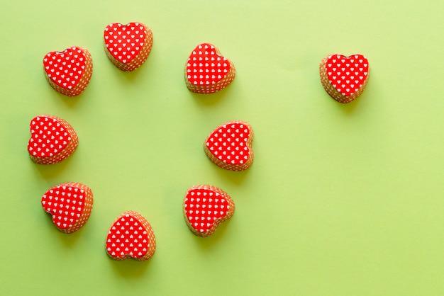 Composição, de, coração, forma, valentine, cupcake, metálico, recipiente