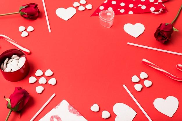 Composição de corações de papel, flores e varinhas
