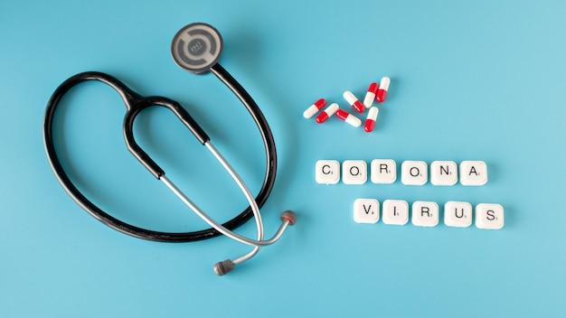 Composição de coronavírus com pílulas de vacina em fundo azul