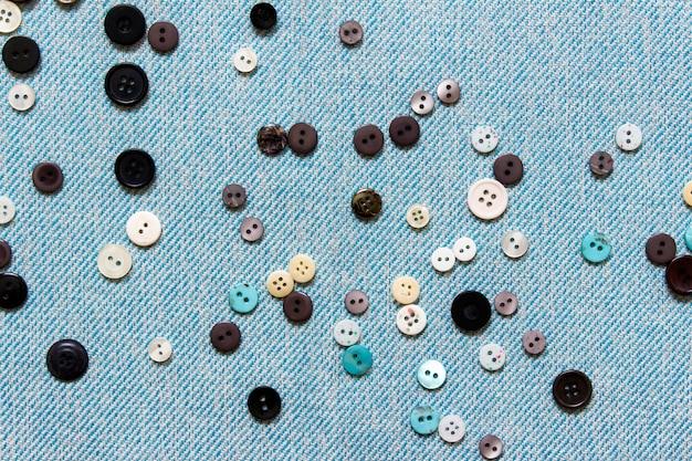 Composição de costura com muitos botões