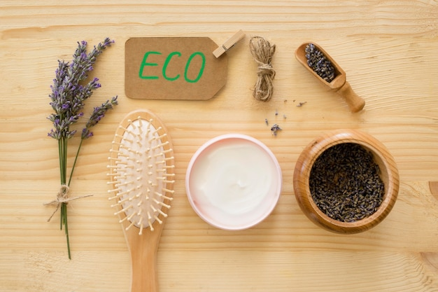 Composição de creme de tratamento de spa e escovas de cabelo