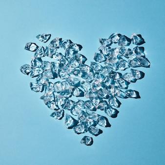 Composição de cubos de gelo transparentes em forma de coração