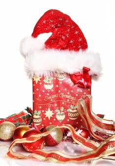 Composição de decoração de natal e caixa de presente